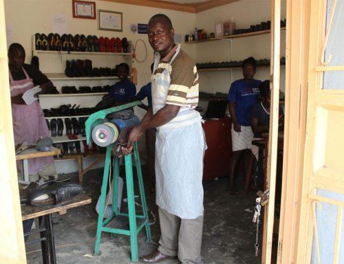 Met een paar Oeganese schoenen helpen we vele schoenmakers een stap vooruit.